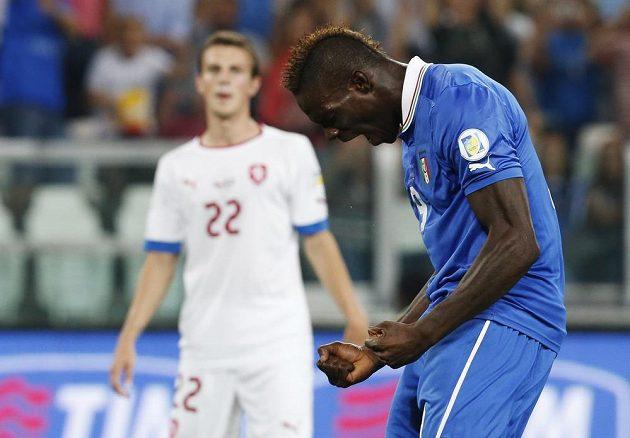 Ital Mario Balotelli se raduje z branky, kterou vstřelil českému týmu.