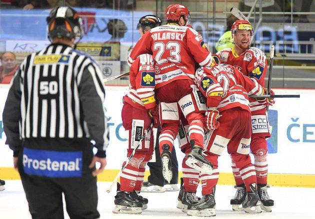 Třinečtí hráči se radují z postupu ve čtvrtfinálové sérii s Boleslaví.