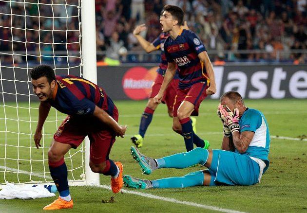 Brankář Sevilly Beto (vpravo) skrývá hlavu v dlaních, barcelonský útočník Pedro Rodríguez vstřelil rozhodující gól v Superpoháru UEFA.