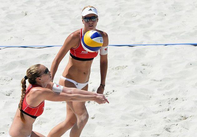 Turnaj Světového okruhu žen v plážovém volejbalu 22. května v Praze. Kristýna Kolocová a Markéta Sluková (vpravo) z ČR.