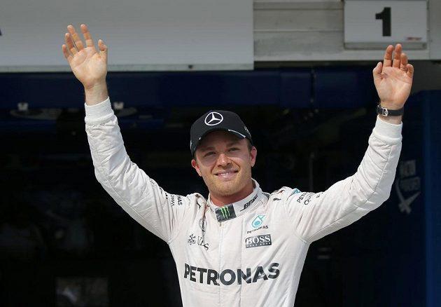 Nico Rosberg se raduje z výhry v kvalifikaci na VC Maďarska.