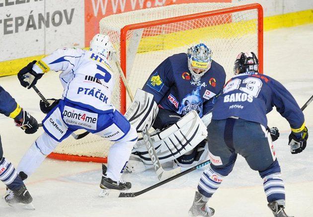 Obránce Komety František Ptáček střílí gól v duelu s Libercem.
