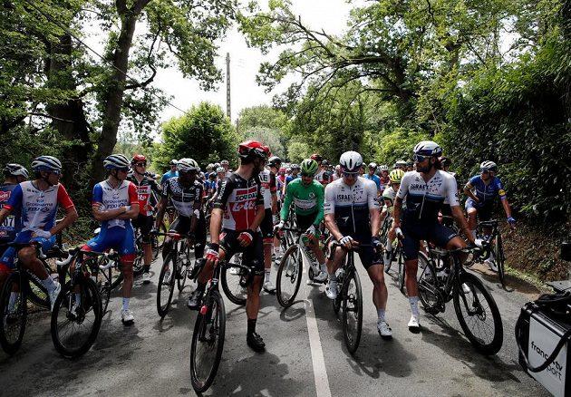 Cyklisté stojí, peloton Tour krátce po stratu 4. etapy protestuje proti nebezpečným tratím.
