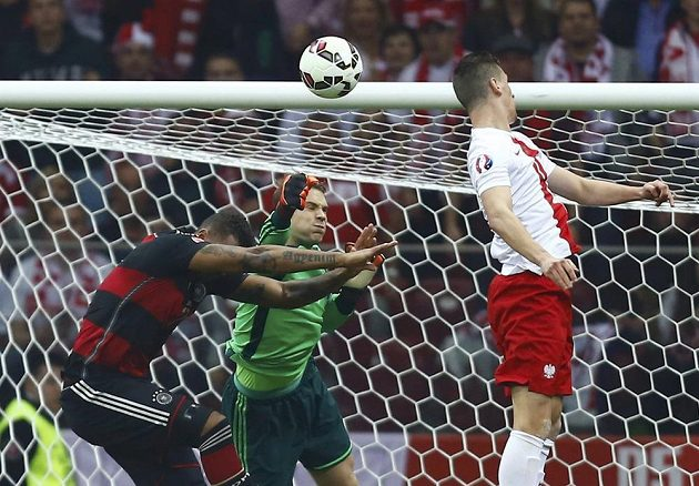 Polák Arkadiusz Milik překonává německého brankáře Manuela Neuera.