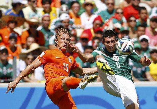 Dirk Kuijt (vlevo) v souboji s Mexičanem Héctorem Herrerou.