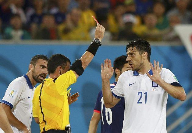 Kapitán řeckého celku Kostas Katsuranis (vpravo)musel už v první půli předčasně pod sprchy.