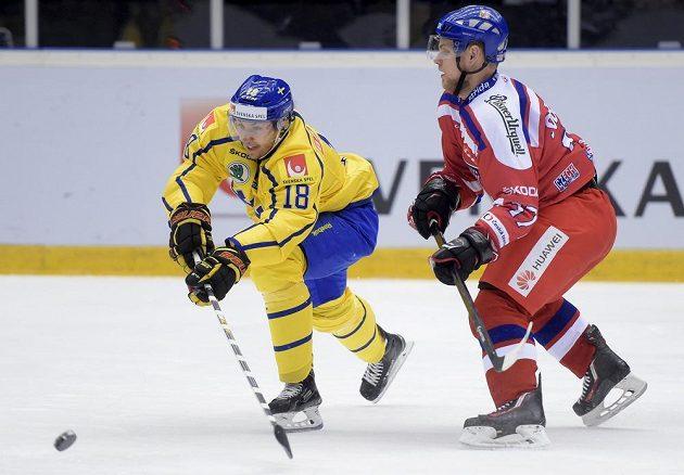Švédský útočník Anton Rödin (vlevo) v souboji s Vladimírem Sobotkou.