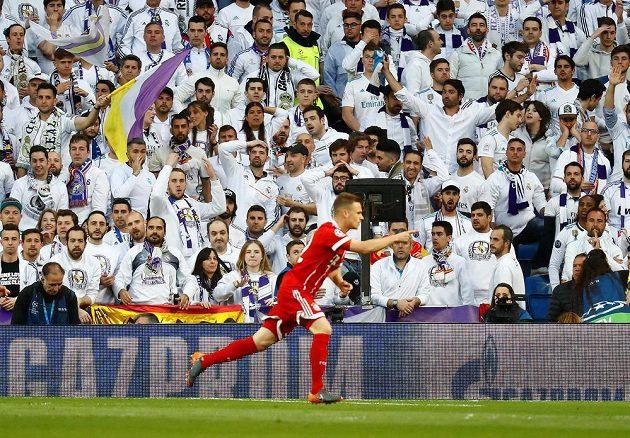 Joshua Kimmich z Bayernu po vstřeleném gólu na stadiónu Realu Madrid v odvetě semifinále Ligy mistrů.