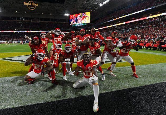 Hráči Kansas City Chiefs slaví během Super Bowlu.