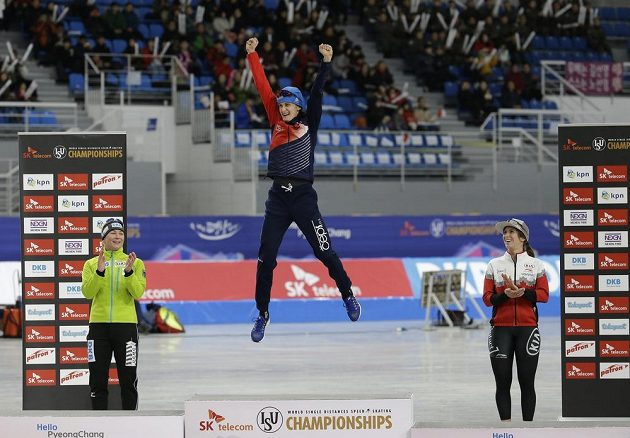Česká rychlobruslařka Martina Sáblíková vyskočila po triumfu na MS v závodě na 5000 metrů na stupních vítězů hodně vysoko. Měla ohromnou radost. Druhé místo brala Claudia Pechsteinová z Německa a bronz patří Kanaďance Ivanie Blondinové.