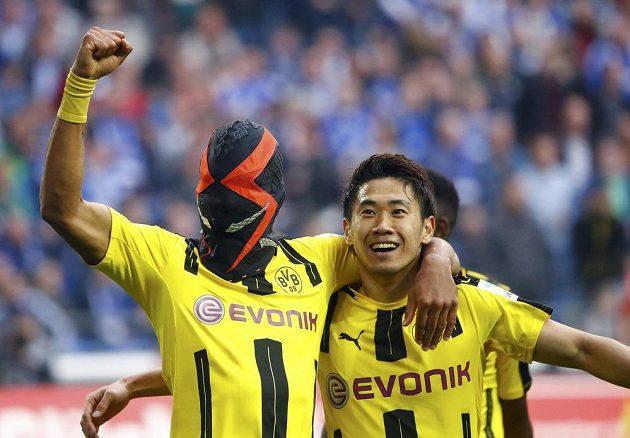 Dortmundský Pierre-Emerick Aubameyang slaví se spoluhráčem Shinji Kagawou v derby se Schalke.