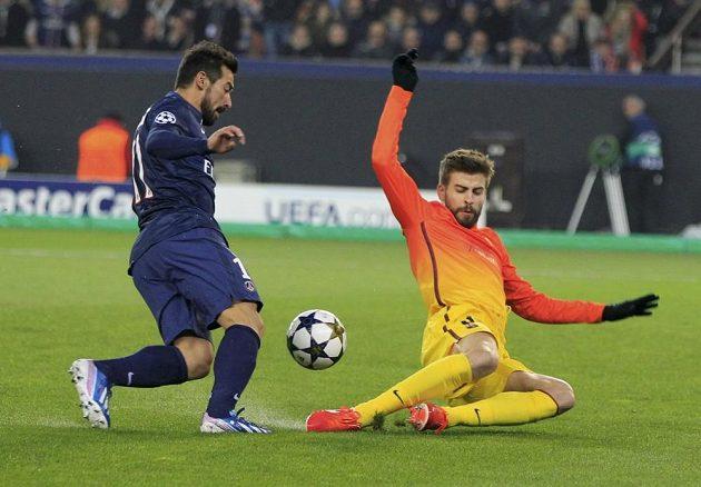 Ezequiel Lavezzi z Paris St. Germain obchází zadáka Barcelony Gerarda Piquého v utkání Ligy mistrů.