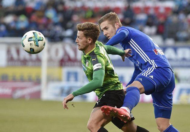Plzeňský záložník Patrik Hrošovský se snaží uniknout bránícímu Jakubu Plškovi z Olomouce v utkání první ligy.