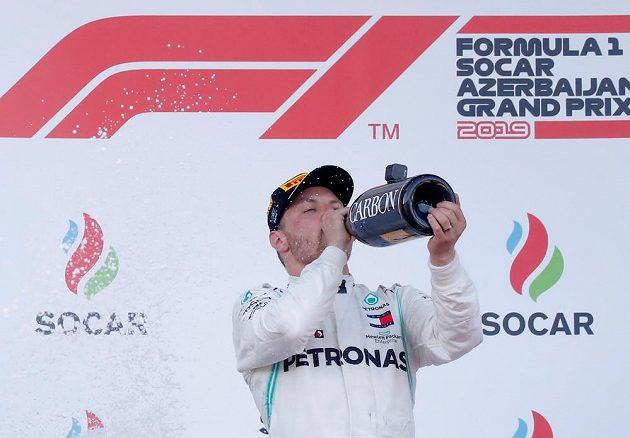 Fin Valtteri Bottas slaví triumf v Baku.