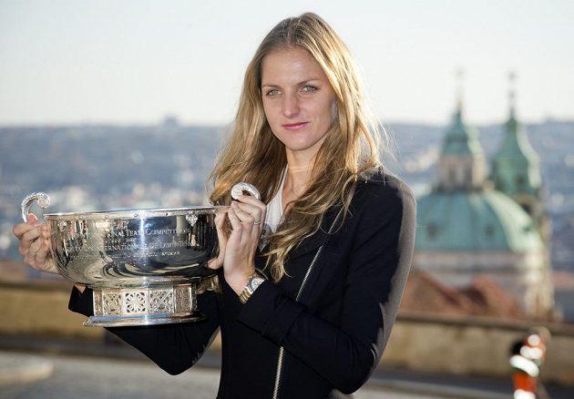 Karolína Plíšková zapózovala s pohárem pro vítězky Fed Cupu.