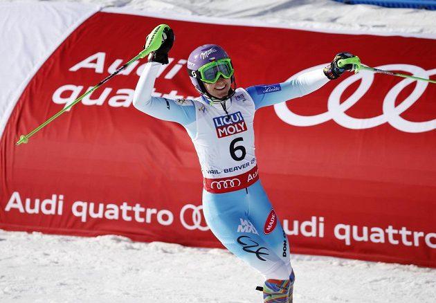 Šárka Strachová zvedá ruce nad hlavu. Ve slalomu získala cenný kov.