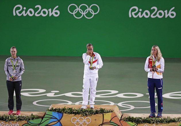 Medailistky ženského olympijského turnaje ve dvouhře. Vpravo Petra Kvitová s bronzem, vlevo druhá Angelique Kerberová z Německa a uprostřed vítězka Monica Puigová z Portorika.