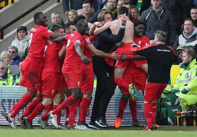 Liverpoolská erupce radosti smetla Kloppovy brýle...