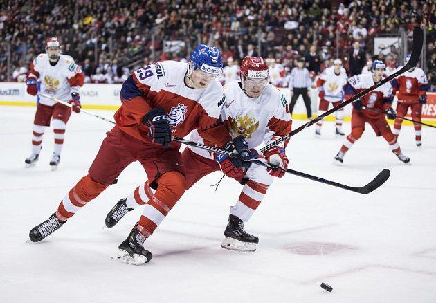 Český hokejista Jáchym Kondelík (29) v utkání proti Rusku v souboji s Alexandrem Alexejevem.