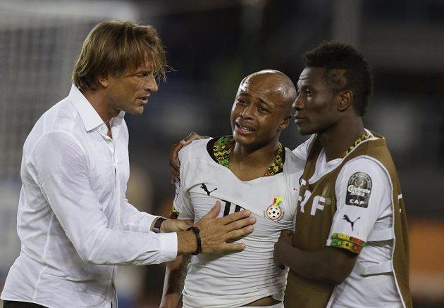 Ghanský Andre Ayew (uprostřed) se zalykal slzami zklamání, utěšovat ho musel i kouč soupeře Herve Renard.