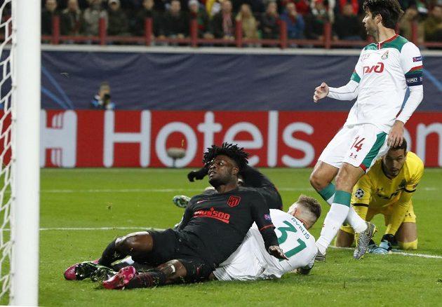 Střelec Atlétika Madrid Thomas Partey dává gól na hřišti Lokomotivu Moskva v utkání Ligy mistrů.
