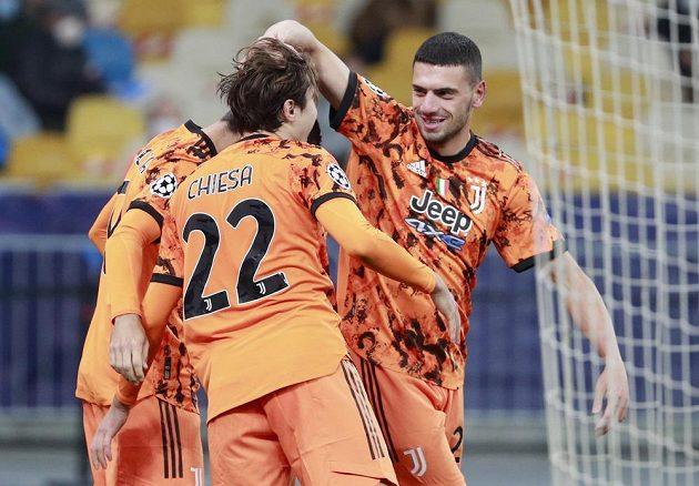Álvaro Morata oslavuje se spoluhráči z Juventusu svoji trefu do sítě Dynama Kyjev.