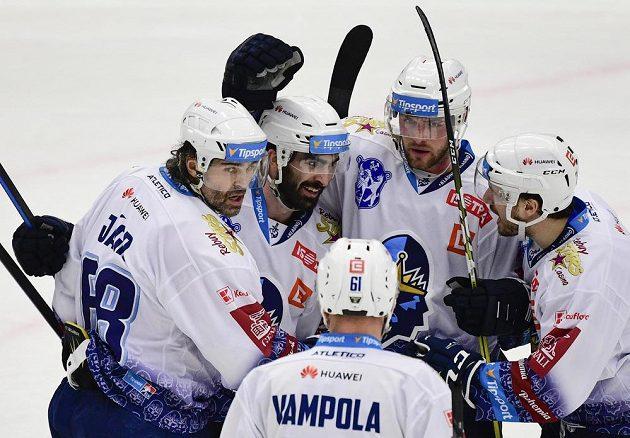 Kladenští hokejisté (zleva) Jaromír Jágra, Brady Austin, Petr Vampola, Ladislav Zikmund a Brendan O´Donnell se radují z druhého gólu proti Spartě.