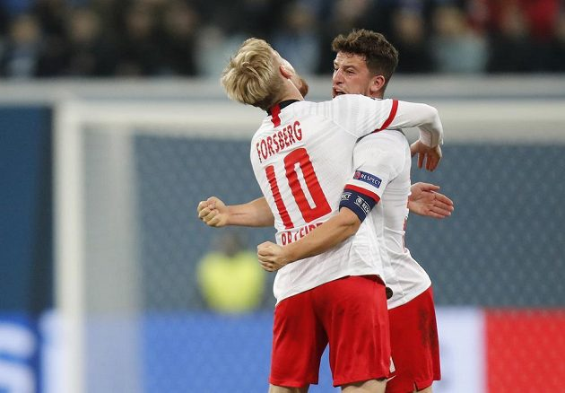 Diego Demme (vpravo) a Emil Forsberg se radují z úvodní branky utkání