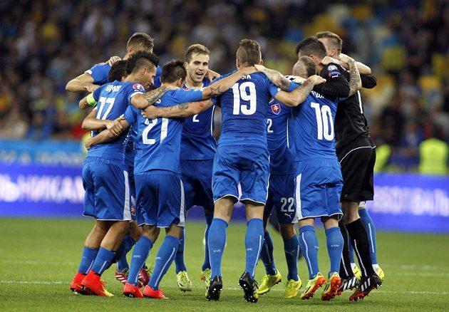 Fotbalisté Slovenska slaví vítězství na Ukrajině.