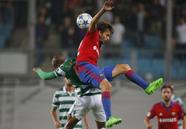Fotbalista CSKA Georgij Sčennikov (vpravo) bojuje o míč s Joaoem Mariem v odvetě play off Ligy mistrů proti Sportingu.