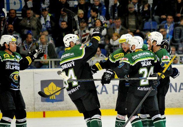 Karlovarští hráči se radují z gólu na brněnském ledě.