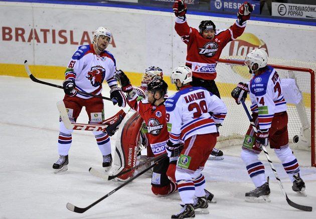 Ruslan Fedotěnko (vzadu v červeném) oslavuje vstřelenou branku v síti pražského Lva.