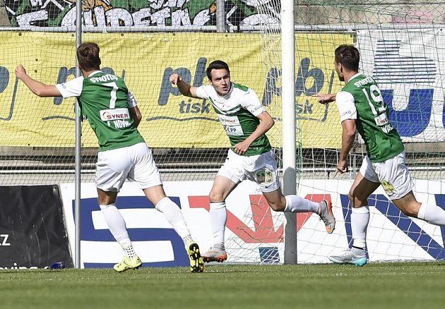Jablonecký Vjačeslav Karavajev (uprostřed) se raduje se spoluhráči z gólu proti Příbrami.