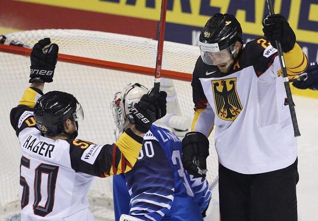 Leon Draisaitl (vpravo) slaví se spoluhráčem Patrickem Hagerem vítězný gól proti Finsku. Na kolenou překonaný brankář soupeře Kevin Lankinen.