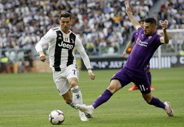 Největší hvězda Juventusu Cristiano Ronaldo. Fotbalisté Staré dámy porazili v 33. kole italské ligy Fiorentinu 2:1 a zajistili si mistrovský titul.