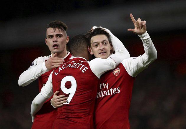Mesut Özil (vpravo) z Arsenalu se raduje z gólu proti Liverpoolu.