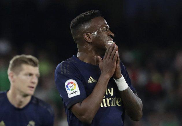 Tohle se nepovedlo. Výraz ve tváři fotbalisty Realu Madrid Viniciuse Junior mluví za vše. Real Madrid ztratil ve španělské lize nečekaně body na hřišti Betisu Sevilla.