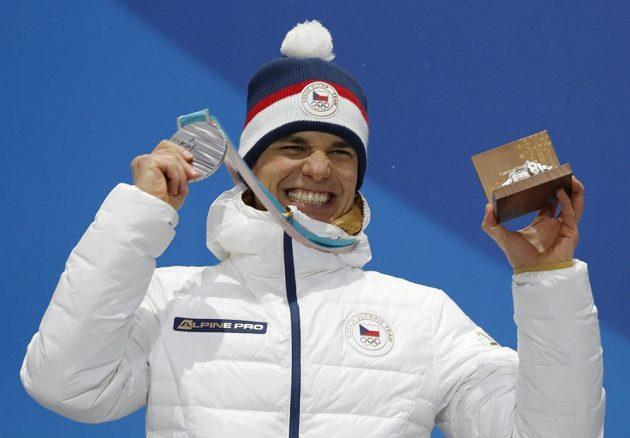 Český biatlonista Michal Krčmář si při medailovém ceremoniálu užívá stříbrnou radost.