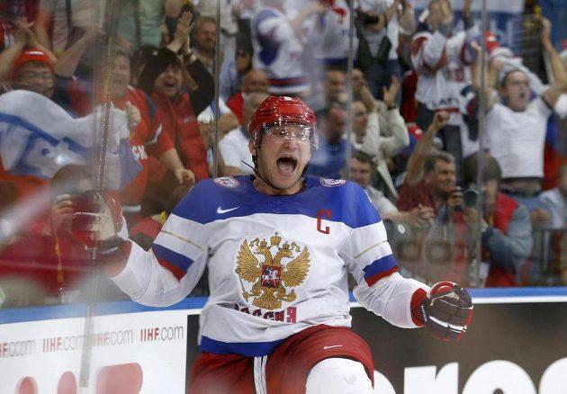 Ruský forvard Alexander Ovečkin slaví gól ve finále MS proti Finsku.