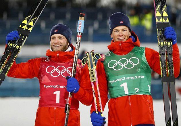 Norové Johannes Hoesflot Klaebo a Martin Johnsrud Sundby po olympijském triumfu ve sprintu dvojic.