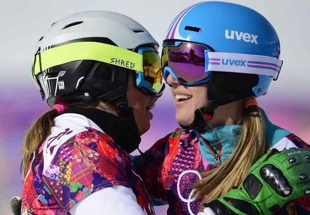Snowboardistka Ester Ledecká (vlevo) se svou přemožitelkou ve čtvrtfinále olympijského paralelního slalomu Anke Karstensovou z Německa.