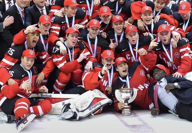 Kanadští hokejsté oslavují zlaté medaile na MS do 20 let.