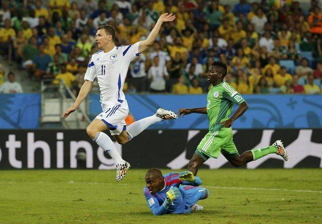 Edin Džeko (vlevo) právě vstřelil gól do sítě Nigérie, který nebyl uznán pro neexistující ofsajdové postavení bosenského útočníka.