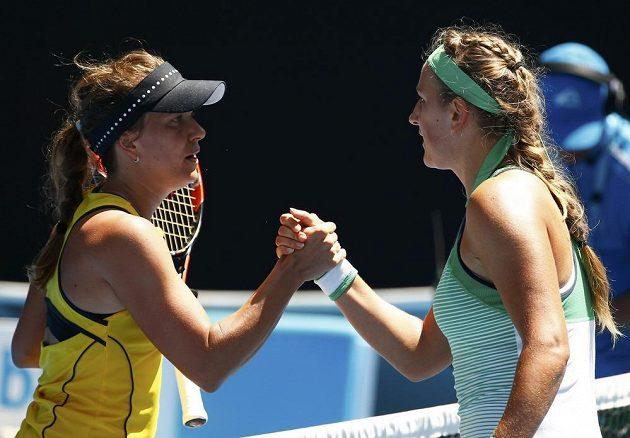 Česká tenistka Barbora Strýcová (vlevo) podává ruku Bělorusce Viktorii Azarenkové po porážce v osmifinále Australian Open.