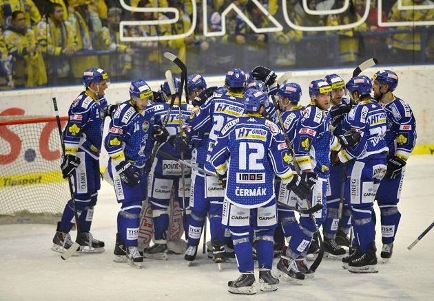 Hokejisté Brna slaví výhru na ledě Zlína.