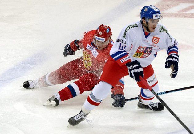 Rus Nikolaj Žerděv v souboji s českým útočníkem Tomášem Filippim.