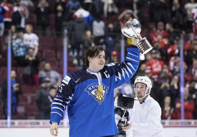 Finský kapitán Aarne Talvitie drží nad hlavou trofej pro vítěze juniorského mistrovství.