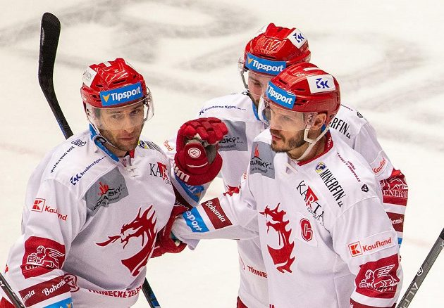 Z gólu se radují třinečtí hokejisté (zleva) Wojciech Wolski, Milan Doudera a Lukáš Krajíček z Třince.