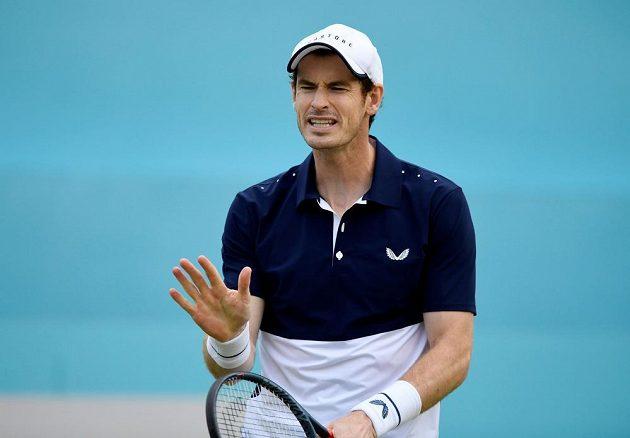 Když Brit Andy Murray pokazí úder, dá najevo nespokojenost. Návrat na kurty ale zvládl vítězně, uspěl ve čtyřhře na turnaji v Londýně.
