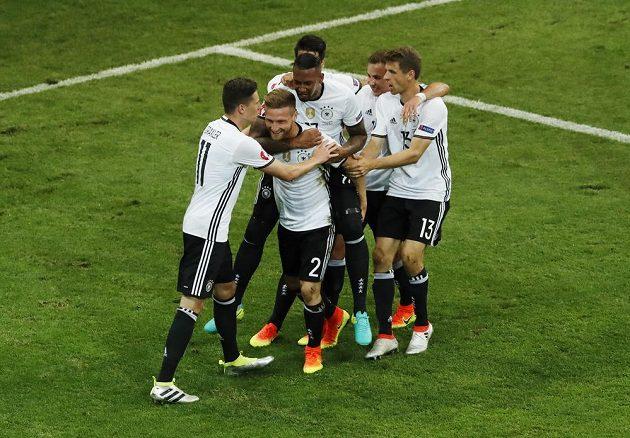 Němečtí fotbalisté oslavují první gól proti Ukrajině, který vstřelil Shkodran Mustafi (2).